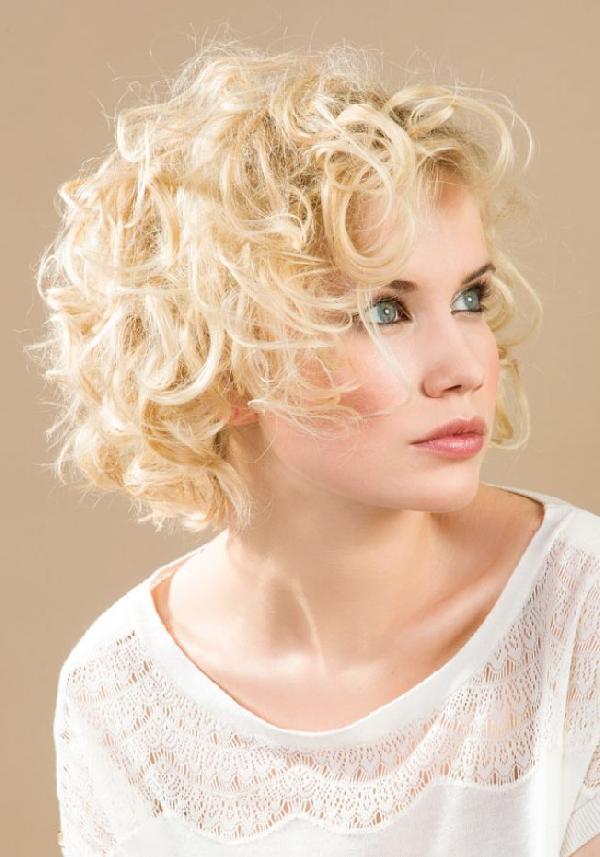 Coiffure carre bouclé court - Femme cheveux courts sur Coupe2cheveux.com