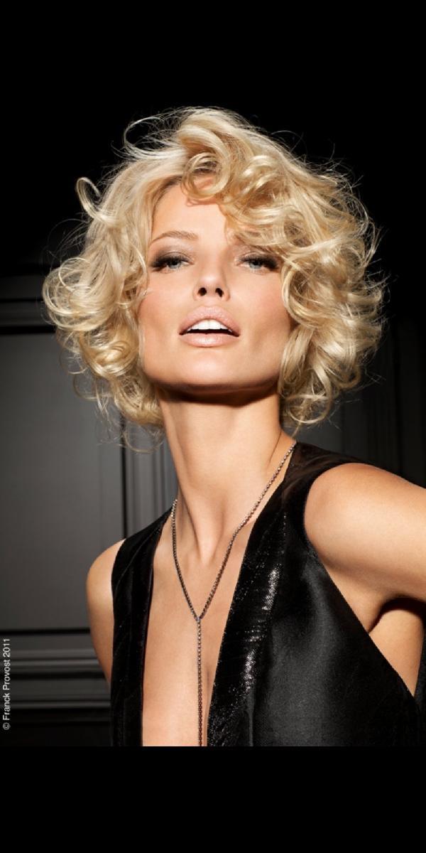 Coiffure carré court bouclé - Femme cheveux courts sur Coupe2cheveux