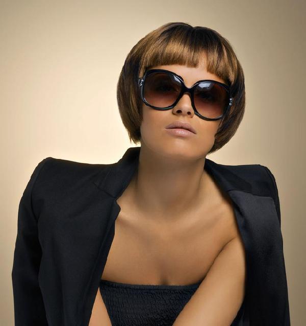 Coiffure carr court frange droite femme cheveux tr s courts sur - Carre court frange ...