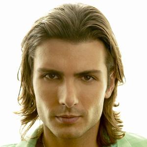 Coiffure beau gars - Homme cheveux mi-longs sur Coupe2cheveux.com