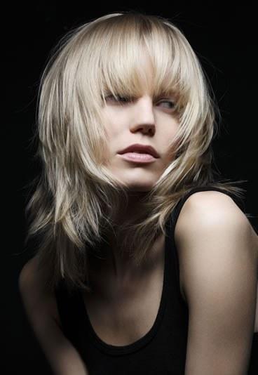 Coiffure femme dégradé avec frange - Femme cheveux mi-longs sur Coupe2cheveux.com