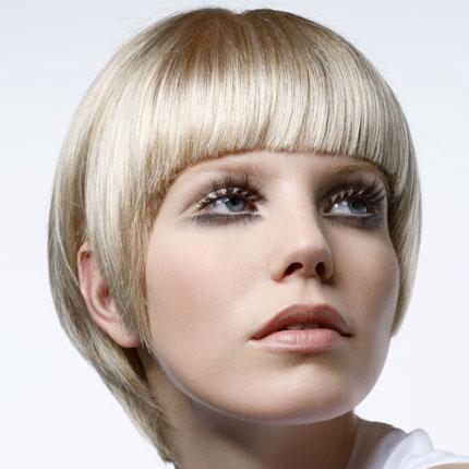 Coiffure coupe courte frange droite femme cheveux courts - Coupe courte avec frange droite ...