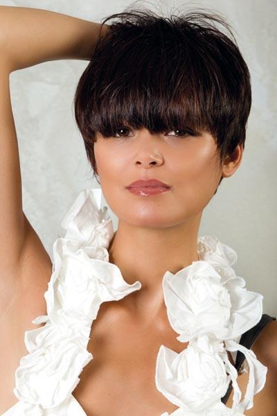 Coupe de cheveux courte avec meche longue devant