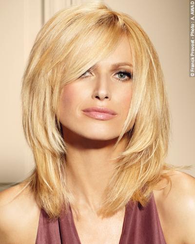 Idéale pour les femmes au visage un peu carré, cette coupe propose un dégradé autour de deux longueurs principales de cheveux.